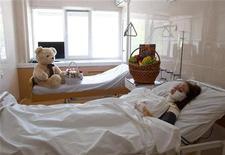 Раненая взрывом в украинском Днепропетровске на больничной койке 28 апреля 2012 года. Один человек погиб и двое ранены в четверг в результате срабатывания взрывного устройства в медицинском университете Черновцов на западе Украины, сообщила местная милиция. REUTERS/Stringer