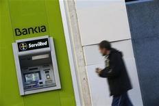 Quelque 350.000 actionnaires de Bankia, dont beaucoup de petits porteurs sans grande connaissance des arcanes de la finance, vont subir d'importantes pertes après qu'il a été rendu public que la banque espagnole avait une valorisation négative de 4,2 milliards d'euros. /Photo prise le 28 novembre 2012/REUTERS/Susana Vera