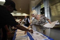 Salon de l'emploi à Los Angeles. Les inscriptions hebdomadaires au chômage ont diminué plus que prévu aux États-Unis lors de la semaine au 22 décembre, à 350.000 contre 362.000 (révisé) la semaine précédente. /Photo prise le 31 mai 2012/REUTERS/David McNew