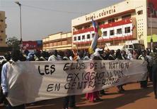 Manifestazione per la pace ieri a Bangui, capitale della Repubblica Centraficana, dove centinaia di persone hanno lanciato pietre contro l'ambasciata francese per protestare contro l'avanzata delle forze ribelli nel nord del Paese. La foto è del 19 dicembre. REUTERS/Stringer