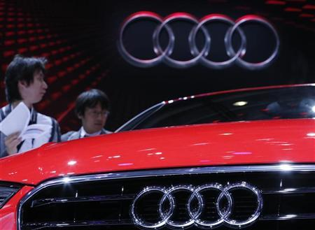 Visitors look at an Audi A3 on media day at the Paris Mondial de l'Automobile September 27, 2012. REUTERS/Christian Hartmann