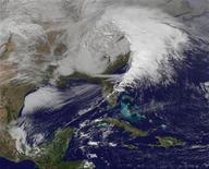 Imagen satelital de la NASA donde se aprecia un banco de nubes sobre la costa este de Estados Unidos, dic 26 2012. Una poderosa tormenta invernal obligó el jueves a la cancelación de unos 200 vuelos de Estados Unidos, entorpeciendo los viajes de fin de año mientras fuertes nevadas y vientos azotan el noreste de Estados Unidos. REUTERS/NASA/NOAA/GOES Project/Handout Imagen para uso no comercial, ni ventas, ni archivos. Solo para uso editorial. No para su venta en marketing o campañas publicitarias. Esta imagen fue entregada por un tercero y es distribuida, exactamente como fue recibida por Reuters, como un servicio para clientes.