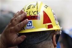Un lavoratore dell'Alcoa durante una manifestazione a Roma, lo scorso 10 settembre. REUTERS/Alessandro Bianchi