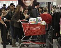La confiance du consommateur américain a touché en décembre son niveau le plus bas en quatre mois, à 65,1 en contre 71,5 en novembre, car le risque d'une crise budgétaire l'emporte sur un sentiment plus optimiste envers la situation économique. /Photo prise le 22 novembre 2012/REUTERS/Jonathan Alcorn