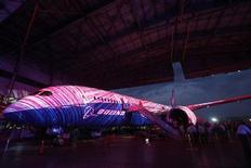Imagen de archivo de un Boeing 787 Dreamliner de Aeroméxico durante su presentación ante los medios en un hangar de la firma en Ciudad de México, mar 8 2012. Grupo Aeroméxico, que opera la mayor aerolínea mexicana, dijo el jueves que firmó un contrato con el fabricante de aviones Boeing para la adquisición de seis aeronaves 787-9 Dreamliner y cuatro adicionales, sujeto a una reconfirmación. REUTERS/Edgard Garrido