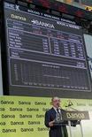 Bankia saldrá el 2 de enero del principal índice bursátil español, el Ibex-35, ante la inminente recapitalización de la entidad con dinero europeo que reducirá a los actuales accionistas minoritarios a la mínima expresión. En la imagen, Rodrigo Rato durante la salida a Bolsa de Bankia en Madrid el 20 de julio de 2011. REUTERS/Andrea Comas
