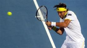 El español David Ferrer se impuso el jueves al checo Tomas Berdych por 6-2 y 6-4 en los cuartos de final del torneo de exhibición de Abu Dabi, mientras que el serbio Janko Tipsarevic también logró el pase a semifinales al vencer al británico Andy Murray por 6-3 y 6-4. En la imagen, Ferrer golpea de volea en su partido contra Berdych en Abu Dabi. REUTERS/Jumana El Heloueh