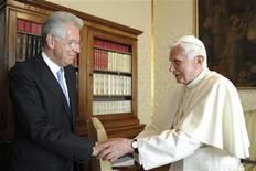 Il Papa Benedetto XVI e il premier uscente Mario Monti lo scorso 27 agosto a Castelgandolfo, nella residenza estiva del Pontefice . REUTERS/Osservatore Romano