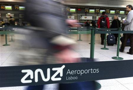 Passangers arrive at the check-in counters at Lisbon's airport December 26, 2012. REUTERS/Jose Manuel Ribeiro