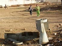 A Daraya près de Damas, obus gisant sur un terrain vague. Le ministre russe des Affaires étrangères, Sergueï Lavrov, recevra l'émissaire international pour la Syrie, Lakhdar Brahimi samedi à Moscou, où se sont déplacés en cette fin d'année les efforts diplomatiques pour trouver une issue au conflit qui a fait plus de 44.000 morts depuis mars 2011. /Photo prise le 23 décembre 2012/REUTERS/Fadi Al-Derani/Shaam News Network