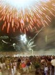 Imagen de archivo de las celebraciones de Año Nuevo en la playa de Copacabana en Río de Janeiro, Brasil, ene 1 2001. Bailar junto a un brasileño en la playa de Copacabana en la víspera de Año Nuevo parece ser el modo soñado de festejar la llegada del 2013, si una encuesta global realizada a 17.000 personas sirve como indicador. REUTERS/Gregg Newton