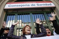 La Asamblea de Madrid aprobó el jueves la ley que permitirá privatizar seis hospitales de la región, una medida que ha encontrado la resistencia de los trabajadores de la sanidad pública, algunos de los cuales llevan en huelga cinco semanas. En la imagen del 27 de diciembre, varias personas protestan contra el plan en el exterior de la Consejería de Sanidad en Madrid. REUTERS/Juan Medina