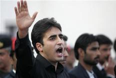 El único hijo varón de la ex primera ministra de Pakistán Benazir Bhutto dijo el jueves ante cientos de miles de simpatizantes que seguirá con el legado de su madre, asesinada hace cinco años, en una comparecencia diseñada para ungirle su heredero político. Imagen de Bilawal Bhutto Zardari (izq.) durante el discurso que pronunció el 27 de diciembre ante el mausoleo de su madre en Garhi Khuda Bakhsh, cerca de Larkana. REUTERS/Nadeem Soomro