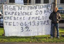 """El número de personas sin trabajo creció en Francia un 0,9 por ciento en noviembre, el decimonoveno mes consecutivo de subidas, y alcanzó su máximo nivel en casi 15 años, lo que renueva la presión para que el presidente socialista François Hollande fomente la creación de empleo. Imagen de un francés parado anunciándose en un cruce de calles en Estrasburgo el pasado mes de noviembre. Su pancarta dice """"Empleado de mantenimiento, 20 años de experiencia, busca empleo"""". REUTERS/Vincent Kessler"""