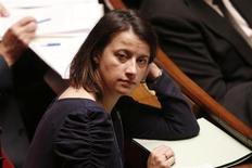 """La ministre du Logement, Cécile Duflot, a assuré qu'elle souhaitait """"sortir de la solution hôtelière"""" et utiliser tous les dispositifs disponibles pour loger des familles menacées d'expulsion dans des hôtels parisiens. """"Une trentaine de famille n'ont pas de solutions. Nous nous employons à en trouver une. Cela sera réglé dans les heures et les jours qui viennent."""" /Photo prise le 11 décembre 2012/REUTERS/Charles Platiau"""
