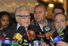 El enviado internacional de paz para Siria, Lakhdar Brahimi, durante una conferencia de prensa tras reunirse con el presidente Bashar al-Assad en Damasco, dic 24 2012. El enviado internacional Lakhdar Brahimi instó el jueves a un cambio real en Siria para terminar con los 21 meses de violencia que han causado la muerte de 44.000 personas, y dijo que debe establecerse un Gobierno de transición para que lidere el país hasta nuevas elecciones. REUTERS/Khaled al-Hariri