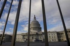 """La Cámara de Representantes de Estados Unidos se reunirá el domingo desde las 23:30 GMT, un día antes de la fecha límite del 31 de diciembre para alcanzar un acuerdo que evitaría el denominado """"precipicio fiscal"""" de alzas de impuestos y recortes de gastos. Imagen del Capitolio en Washington el 27 de diciembre. REUTERS/Mary F. Calvert"""