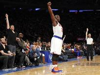 New York Knicks point guard Raymond Felton watches a three-point shot against the Cleveland Cavaliers in the third quarter of their NBA basketball game at Madison Square Garden in New York December 15, 2012. REUTERS/Adam Hunger