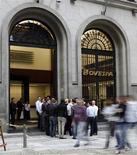 Foto de arquivo da fachada da Bolsa de Valores BM&FBOVESPA em São Paulo. As ações ligadas ao setor de comércio tiveram o melhor desempenho em 2012, enquanto os papéis de petróleo e gás registraram o pior comportamento, segundo um estudo da Economática divulgado nesta quinta-feira. 10/08/2011 REUTERS/Paulo Whitaker