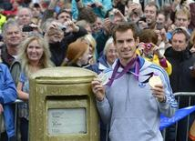 US Open tennis champion and Olympic gold medallist Andy Murray returns to his home town of Dunblane to meet fans in Dunblane, Scotland, September 16, 2012. REUTERS/Russell Cheyne