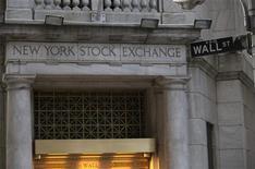 """Вид на здание Нью-Йоркской фондовой биржи 20 декабря 2012 года. Американские акции снизились в четверг четвертую сессию подряд, но падение было остановлено сообщением, что Палата представителей соберется в выходные, чтобы попытаться решить проблему """"бюджетного обрыва"""". REUTERS/Andrew Kelly"""