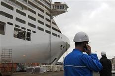 """Les chantiers navals STX France ont signé un contrat de plus d'un milliard d'euros avec l'armateur Royal Caribbean Cruise Line pour la construction d'un paquebot de type """"oasis"""", dont la livraison est programmée dans le courant de l'année 2016. La construction de ce géant des mers, long de 361 mètres, l'un des plus gros navires jamais construits à Saint-Nazaire, devrait débuter en septembre 2013. /Photo prise le 23 janvier 2012/REUTERS/Stéphane Mahé"""
