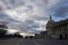 Vue du Capitole, à Washington. Le président américain Barack Obama et les élus du Congrès se lancent dans une dernière tentative de négociations afin de trouver un accord pour éviter le 'mur budgétaire', à quelques jours de la date butoir du 31 décembre. /Photo prise le 27 décembre 2012/REUTERS/Mary F. Calvert