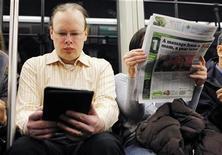 La popularidad de los libros electrónicos (e-books) se está incrementando en Estados Unidos y casi una cuarta parte de los amantes de la lectura los han adoptado, según un sondeo divulgado el jueves. En la imagen, de archivo, una persona lee su libro electrónico mientras viaja en transporte público. REUTERS/Brian Snyder/Files
