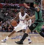 Los Ángeles Clippers dejaron a los Celtics de Boston magullados en una victoria por 106-77 en la noche del jueves que amplía su racha de victorias a un récord de 15 consecutivas permitiéndoles seguir en lo más alto de la clasificación de la NBA. En la imagen, de 27 de diciembre, Chris Paul de Los Ángeles controla el balón frente a Courtney Lee de los Celtics. REUTERS/Danny Moloshok