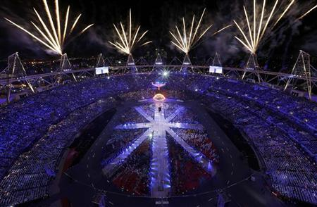 Fireworks explode during the closing ceremony of the London 2012 Olympic Games at the Olympic Stadium August 12, 2012. REUTERS/Pawel Kopczynski