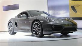 L'action Porsche est en nette hausse vendredi matin en Bourse de Francfort, en réaction à une décision de justice favorable intervenue la veille aux Etats-Unis. /Photo prise le 28 novembre 2012/REUTERS/Phil McCarten