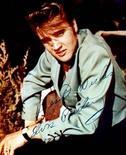 Elvis Presley y los Beatles lideran la lista de autógrafos de famosos más falsificados en 2012, ya que menos de la mitad de sus autógrafos puestos en venta han sido certificados como verdaderos, dijeron los autentificadores de recuerdos PSA/DNA. En la imagen, sin fecha, una fotografía de Elvis Presley firmada y dedicada. REUTERS/Stringer