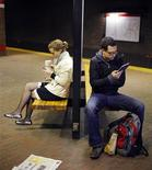 La popularité des livres numériques ne cesse de croître aux Etats-Unis, un lecteur sur quatre environ utilisant cette version moderne de livre, selon une enquête du Pew Research Center (PRC). /Photo d'archives/REUTERS/Brian Snyder