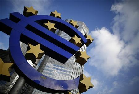 The Euro currency sign is seen in front of the European Central Bank (ECB) headquarters in Frankfurt December 6, 2012. REUTERS/Lisi Niesner