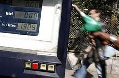 Una pompa di benzina nel centro di Roma nel marzo scorso, quando la benzina aveva superato quota 1,9 euro al litro. REUTERS/Tony Gentile