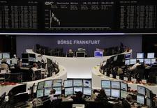 Les Bourses européennes s'étaient retournées à la baisse vendredi à la mi-journée, dans des échanges ténus de toute fin d'année, les participants semblant douter que démocrates et républicains parviendront à un accord budgétaire dans les temps. A la mi-séance, le CAC 40 cède 0,85%, le Dax abandonne 0,4% et le FTSE recule de 0,11%. /Photo prise le 28 décembre 2012/REUTERS/Remote/Joachim Herrmann