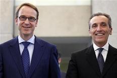 Il presidente della Bundesbank tedesca Jens Weidmann e il ministro dell'Economia Vittorio Grilli a Francoforte lo scorso 26 settembre. REUTERS/Alex Domanski