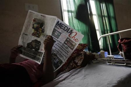 A Buddhist monk who was injured in a riot reads a local newspaper in Mandalay General hospital December 16, 2012. Picture taken December 16, 2012. REUTERS/Soe Zeya Tun