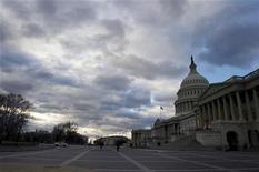 """El presidente de Estados Unidos, Barack Obama, y los líderes del Congreso se reúnen el viernes por primera vez desde noviembre, aunque sin que haya señales de progresos en la resolución de sus diferencias por el presupuesto federal y con bajas expectativas para un acuerdo que evite el """"precipicio fiscal"""" antes del 1 de enero. Imagen del Capitolio en Washington el 27 de diciembre. REUTERS/Mary F. Calvert"""