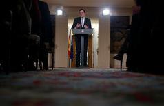 El presidente del Gobierno, Mariano Rajoy, dijo el viernes que está dispuesto hacer todo lo que esté en su mano para reconducir las relaciones con Cataluña, tensas por la intención del Ejecutivo catalán de celebrar un referéndum de secesión en una de las regiones más ricas y endeudadas del país. En la imagen, el presidente del Gobierno español, Mariano Rajoy, durante una rueda de prensa tras el Consejo de Ministros en el palacio de la Moncloa, en Madrid, el 28 de diciembre de 2012. REUTERS/Juan Medina