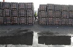 Imagen de archivo de un guardia de seguridad con un cargamento de cobre para exportación en Valparaíso, jun 29 2009. La producción manufacturera en Chile se frenó en noviembre más de lo esperado, porque el impulso de rubros vinculados al consumo fue mitigado por una caída en las exportaciones. REUTERS/Eliseo Fernandez