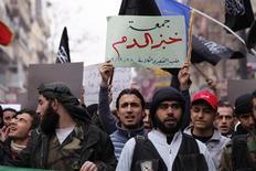 Manifestation contre le président syrien Bachar al Assad, dans la province d'Alep. Le chef de file de l'opposition syrienne a décliné vendredi l'invitation du gouvernement russe qui lui proposait de se rendre à Moscou pour négocier une issue pacifique à la guerre civile. /Photo prise le 28 décembre 2012/REUTERS/Zain Karam