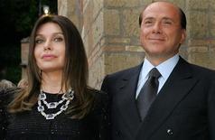 Silvio Berlusconi e Veronica Lario in una foto d'archivio del 2004. REUTERS/Alessandro Bianchi
