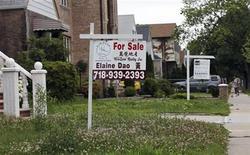 Foto de archivo de un anuncio de venta de casas en una residencia en Nueva York, jun 19 2012. Las ventas de casas pendientes de Estados Unidos subieron en noviembre a su mayor nivel en dos años y medio, mientras que la actividad fabril en el centro oeste del país se expandió en diciembre, lo que sugiere cierta fortaleza de la economía a pesar de la amenaza de una crisis fiscal. REUTERS/Shannon Stapleton