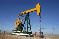 Les cours du pétrole brut américain ont terminé sur une note stable vendredi. Sur le Nymex, le contrat février sur le brut léger américain (WTI) a fini sur une perte de 7 cents, soit 0,08%, à 90,80 dollars le baril. /Photo d'archives/REUTERS