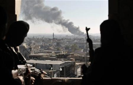 Free Syrian Army fighters watch smoke rising from buildings from their position during a fight with forces loyal to Syrian President Bashar al Assad at the front line in Aleppo December 26, 2012. REUTERS/Ahmed Jadallah