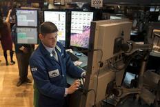 La Bourse de New York a fini en baisse de 1,21% vendredi. Sur la semaine, le Dow Jones a perdu 1,9%. /Photo prise le 28 décembre 2012/REUTERS/Keith Bedford