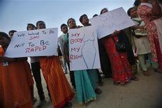A Mumbai, manifestation de soutien à la jeune femme victime d'un viol en bande à New Delhi le 16 décembre. Cette étudiante en médecine est décédée vendredi dans l'hôpital de Singapour où elle avait été transférée au lendemain de Noël. /Photo prise le 27 décembre 2012/REUTERS/Vivek Prakash
