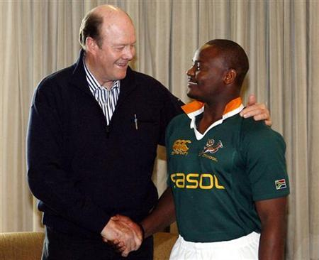 File picture of former England cricket player Tony Greig (L) with South African rugby union team member Chiliboy Ralapele in Sydney August 4, 2006. Australian media reported that Greig died on Saturday at age 66. REUTERS/David Gray/Files