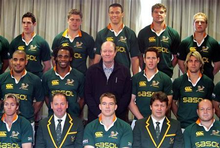 Former England cricket player Tony Greig (C) poses with members of the South African rugby union team in Sydney August 4, 2006. REUTERS/David Gray